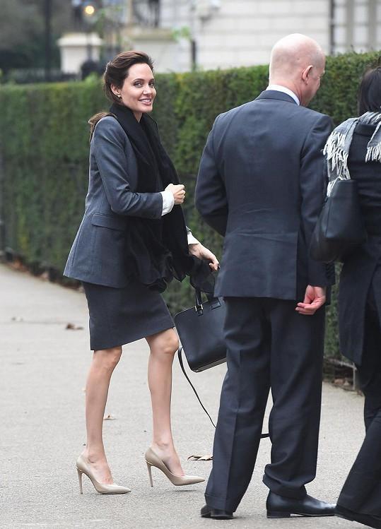 Jolie žije v neustálém spěchu. Na její postavě se náročné tempo nepěkně podepsalo.
