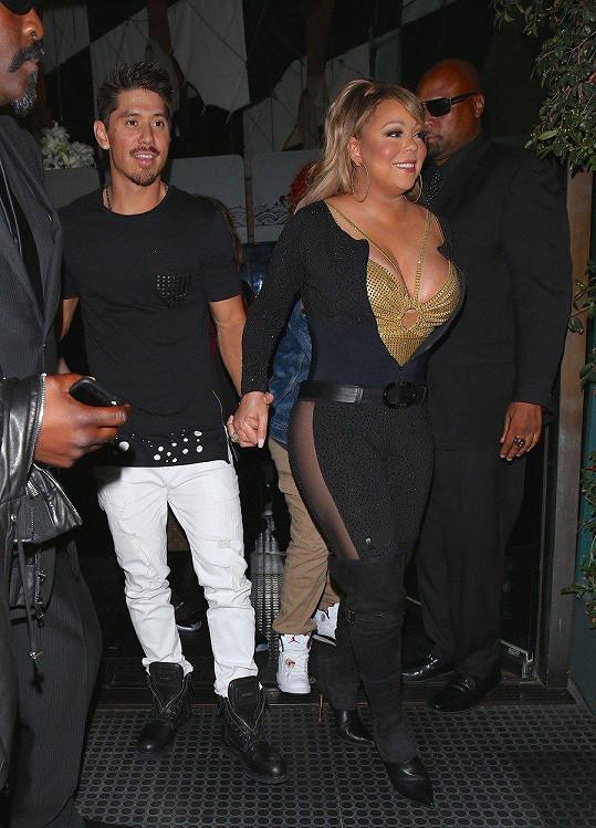 Bryan se vedle oplácané Mariah ztrácí.