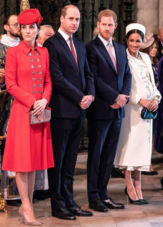 Při čekání na královnu Alžbětu II. a prince Charlese s manželkou Camillou