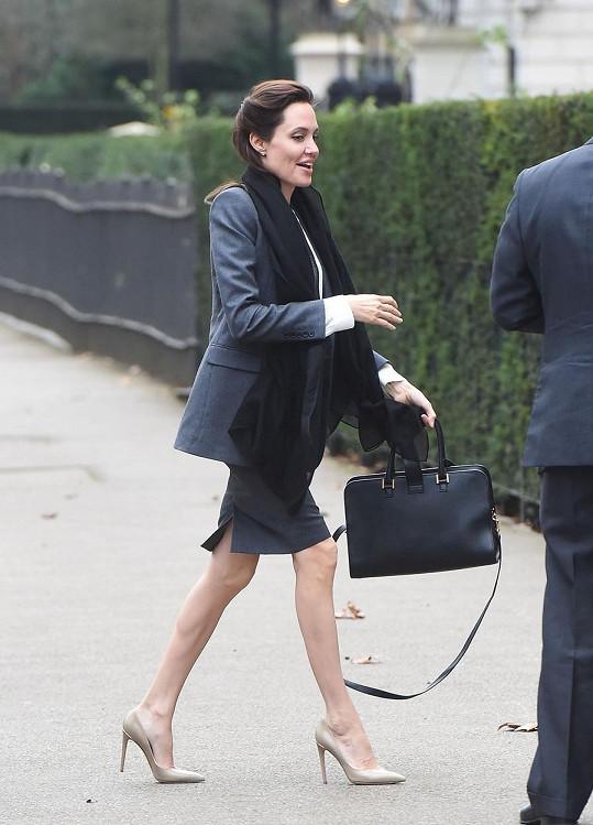 Angelina Jolie v Londýně zašla na oběd s politikem a přítelem Williamem Haguem.