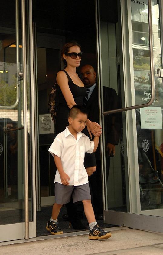 Angelina Jolie se synem Maddoxem.