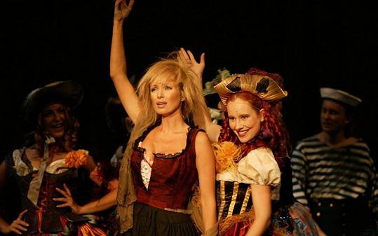Kateřina Brožová hraje a zpívá Fantinu.