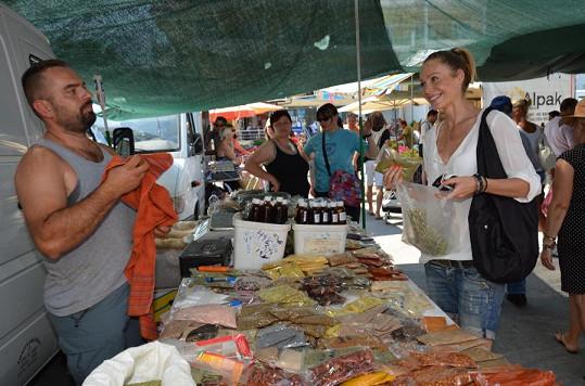 Nemohla si odpustit nakupování na místním trhu.