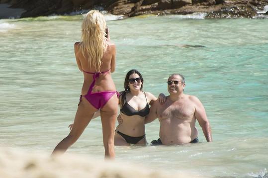 Páreček turistů se nechal od švédské celebrity vyfotit...