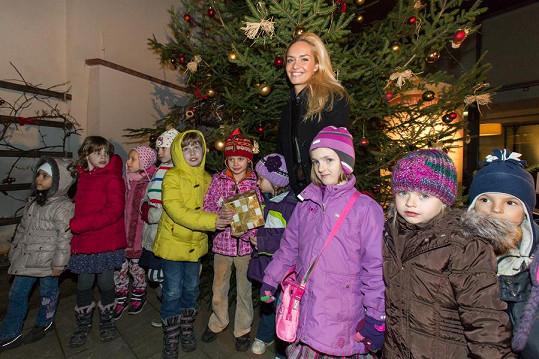 Taťána Kuchařová slavnostně rozsvítila vánoční stromek.