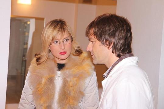 Štěpánka Duchková si nechává vysvětlovat od doktora Libora Kmenta, jak bude zákrok probíhat.