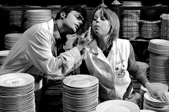 Lenka Kořínková dostala první větší roli ve filmu Holky z porcelánu (1974). Na fotce s Karlem Smyczkem.