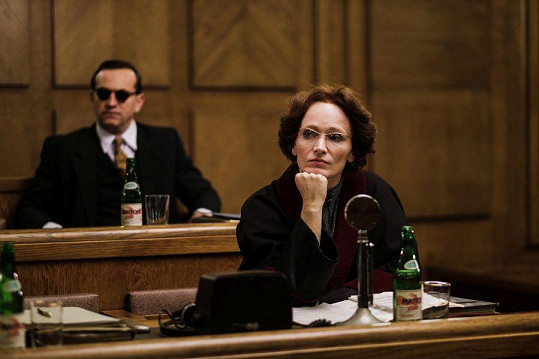 Aňa Geislerová jako komunistická prokurátorka Brožová-Polednová