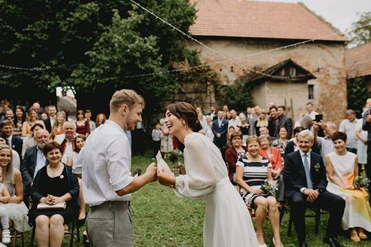 Svatba i přes nepříznivé počasí proběhla venku.