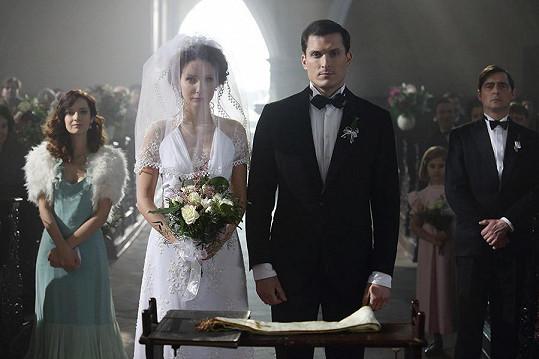 Veronika Arichteva alias Magdaléna Škvorová se v seriálu První republika vdala za Jána Koleníka alias Vladimíra Valentu.