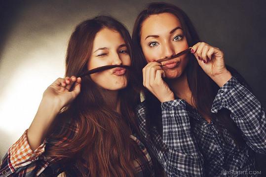 Obě dívky jsou velkými kamarádkami.
