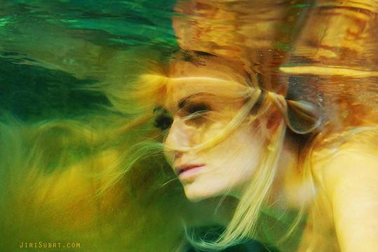 Zahrála si na mořskou pannu.