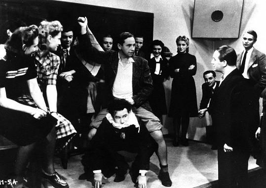 R.A.Strejka s Ladislavem Peškem v komedii Cesta do hlubin študákovy duše (1939). Na fotce zcela vpravo mladičký Rudolf Hrušínský.