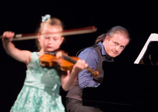 Pavel doprovází svoji dceru na klavír.