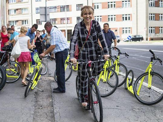 Kaira Hrachovcová na koloběžce a v outfitu připomínajícím pyžamo