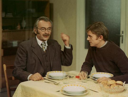 Jiří Sovák patřil v sedmdesátých letech k nejlépe placeným hercům. Ve filmu Marečku, podejte mi pero! se potkal se synem Jiřím Schmitzerem.
