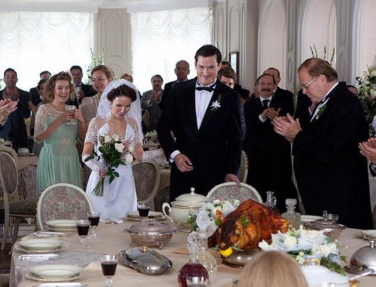 Herečce to ve svatebních šatech moc slušelo.