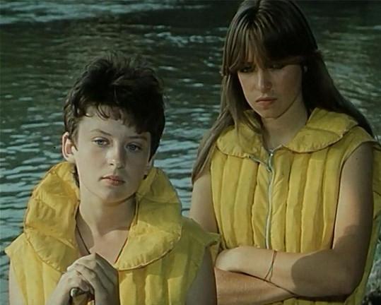 Takhle před kamerou začínala teprve patnáctiletá Kateřina Brožová (vpravo). Prozradí ji snad jen její piha.