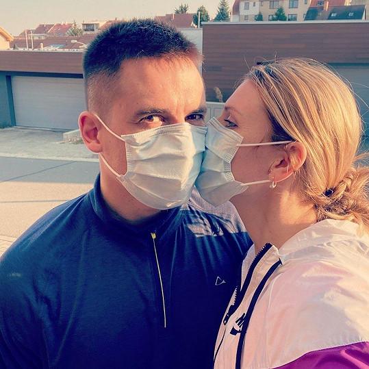 Lucie Šafářová a Tomáš Plekanec se k sobě tiskli v rouškách.