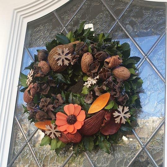 Moderátorka a herečka si ozdobila vchodové dveře věncem s podzimními dekoracemi a vánočními vločkami.
