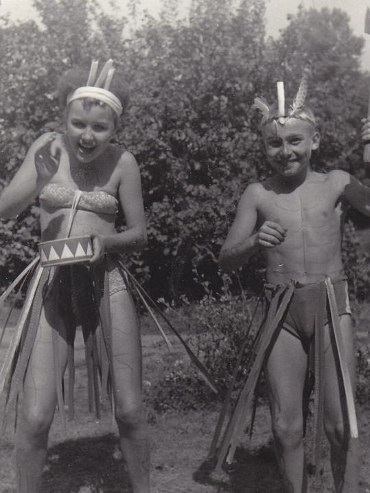 Jako třináctiletá dívka si hrála na indiánku.