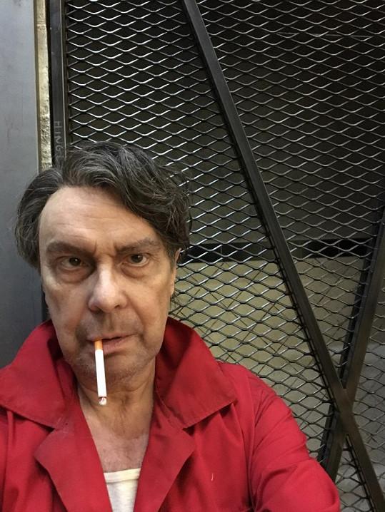 Štefan nezvykle s cigaretou