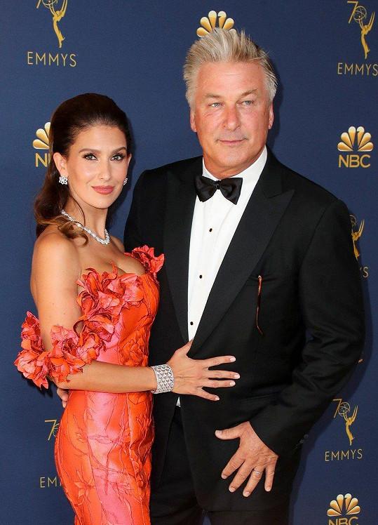Herec Alec Baldwin se rozpovídal během slavnostních příchodů na Emmy. Na fotografii s manželkou Hilarií.