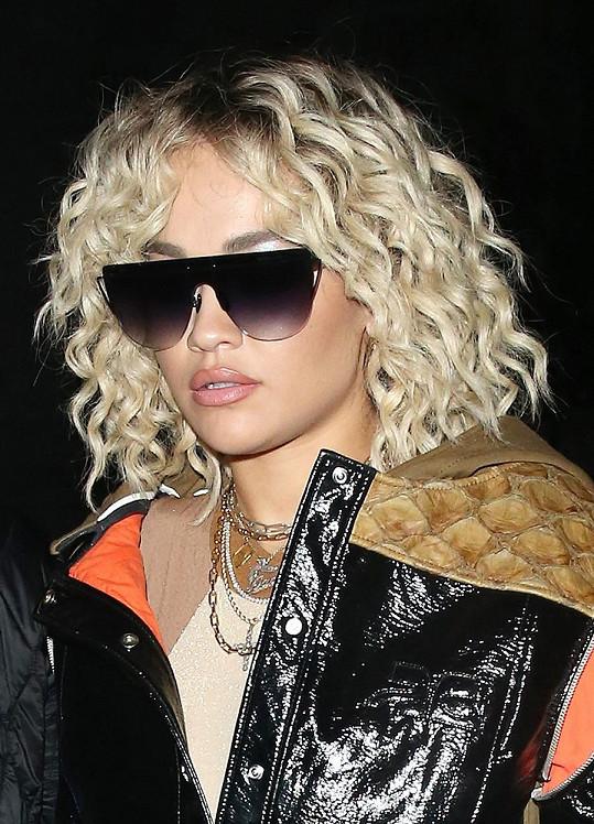 Její odbarvené blond lokny se pomalu vytrácí, ale kdo se nyní dostane ke kadeřníkovi?