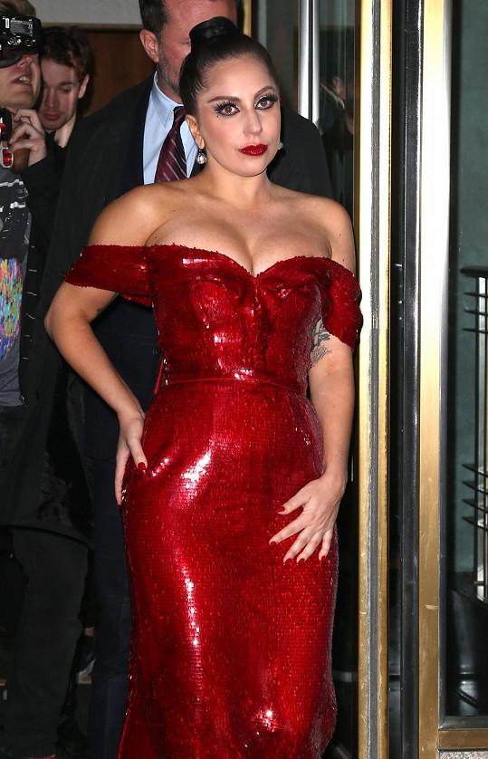 Lady Gaga se předvedla v těsných šatech.