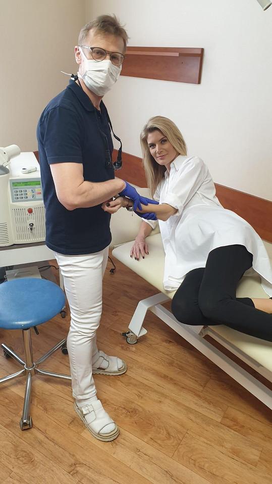 Ještě před porodem si nechala u lékaře na brněnské klinice vyšetřit pihy.