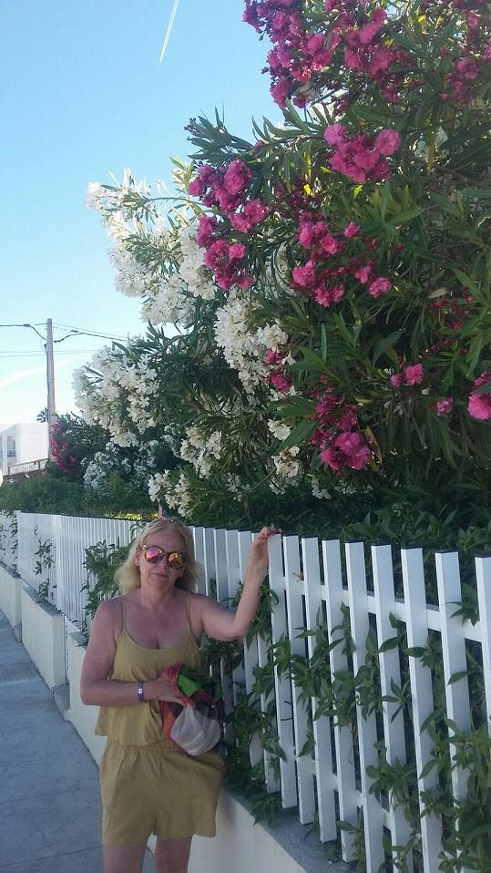 Herečka obdivuje místní květenu.