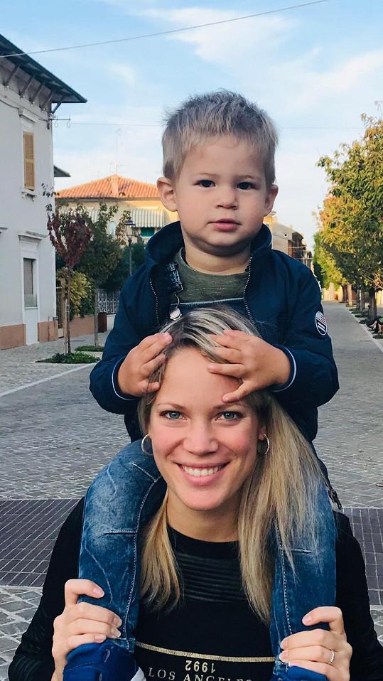 Syn Sebastian zůstal s babičkou v Česku.