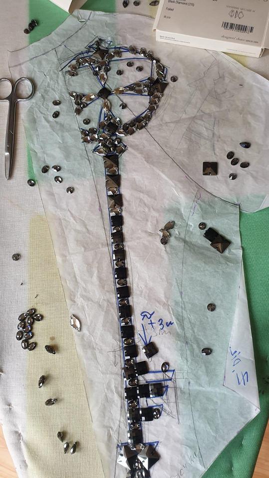 Na výšivku byly použity Swarovski krystaly.