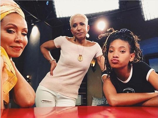 Jada (vlevo) s maminkou Adrienne a dcerou Willow