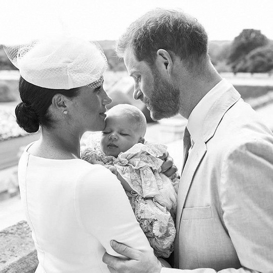 Meghan a Harry s malým Archiem.