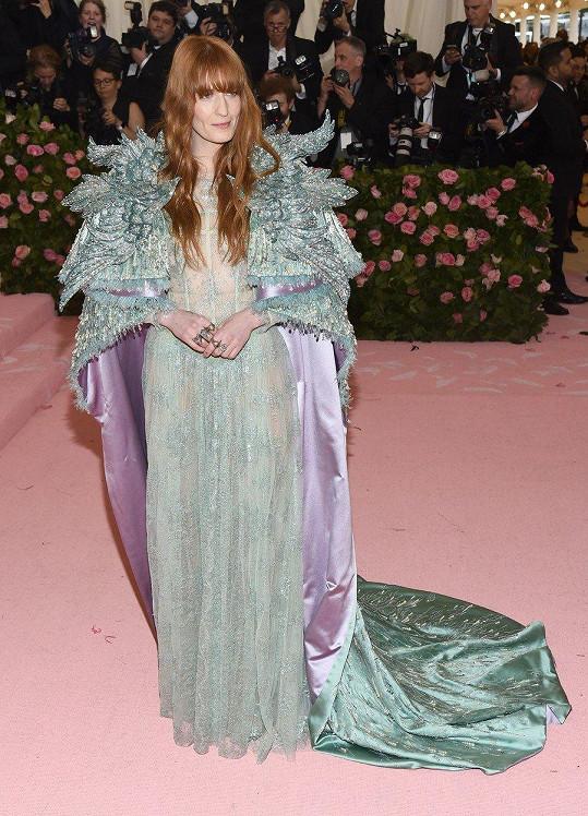 Éterická diva Florence Welch přehodila přes transparentní šaty Gucci z holubičí šedi vlečku připomínající vysochaná antická křídla.