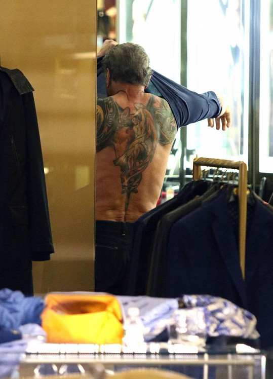 Jeho záda zdobí obří tetování.