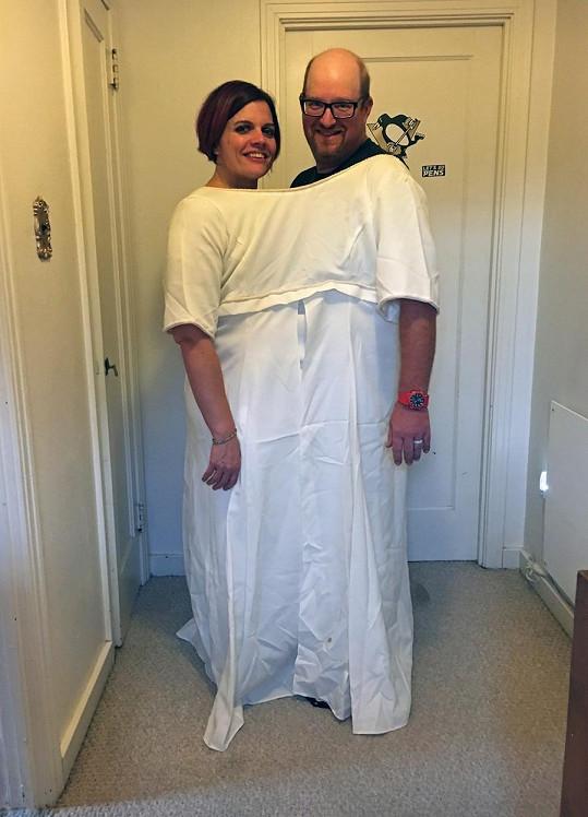 Do svatebních šatů se teď vejdou oba.