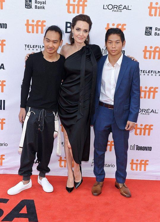 Angelina Jolie s Maddoxem a Paxem