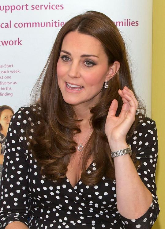 Puntíkaté šaty Kate padly jako ulité, ale co na ně poví královna?