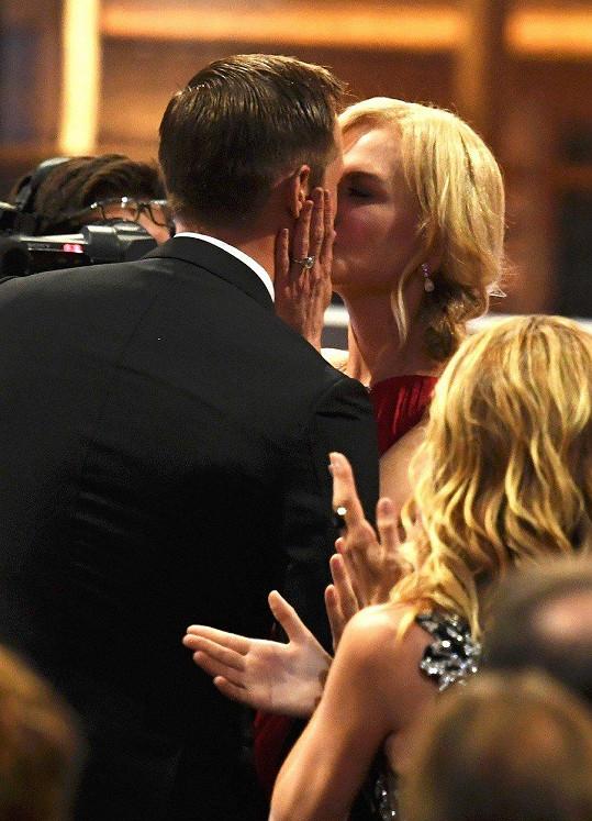 Nicole Kidman a Alexander Skarsgard polibkem oslavili společný úspěch.