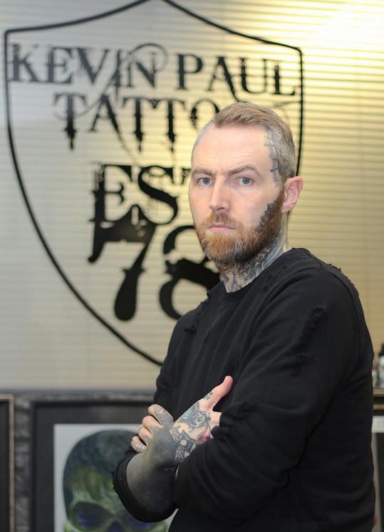 Kevin Paul vytetoval Edovi 40 z jeho tetování.