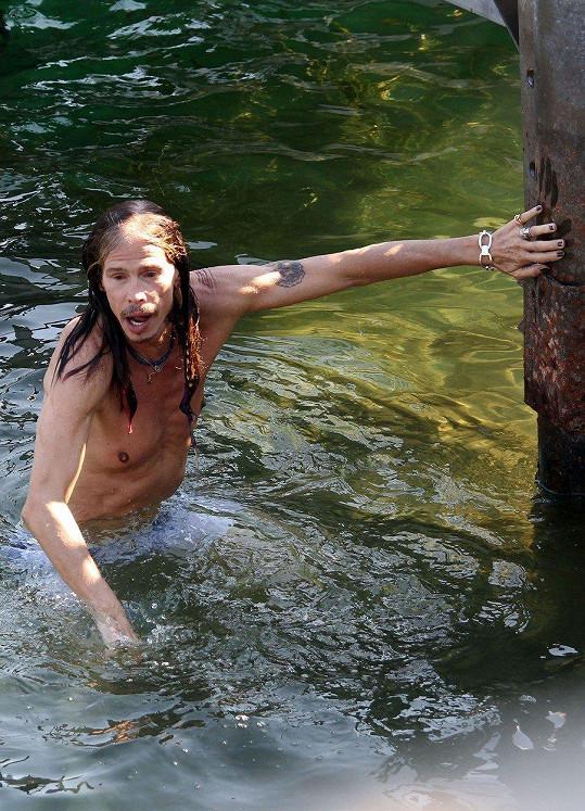 Steven Tyler se ukázal v plavkách.