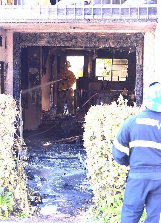 Apartmán v přízemí domu kompletně vyhořel.