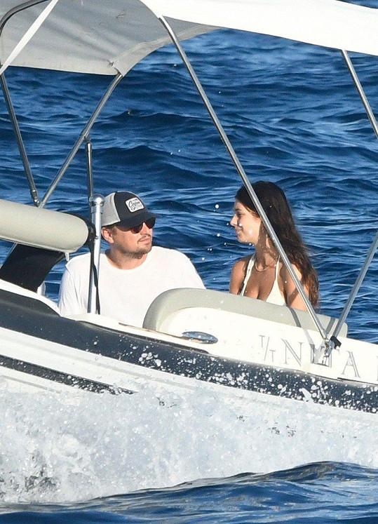 Leonardo DiCaprio a Camila Morrone tráví prázdniny u Středozemního moře.