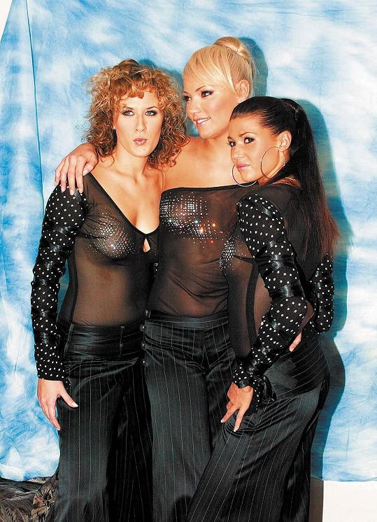 Helena Zeťová (uprostřed) s Terezou Černochovou (vlevo) a Terezou Kerndlovou v kapele Black Milk (2003)