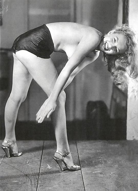 Tahle lechtivá fotka Marilyn z konce čtyřicátých let není známá...