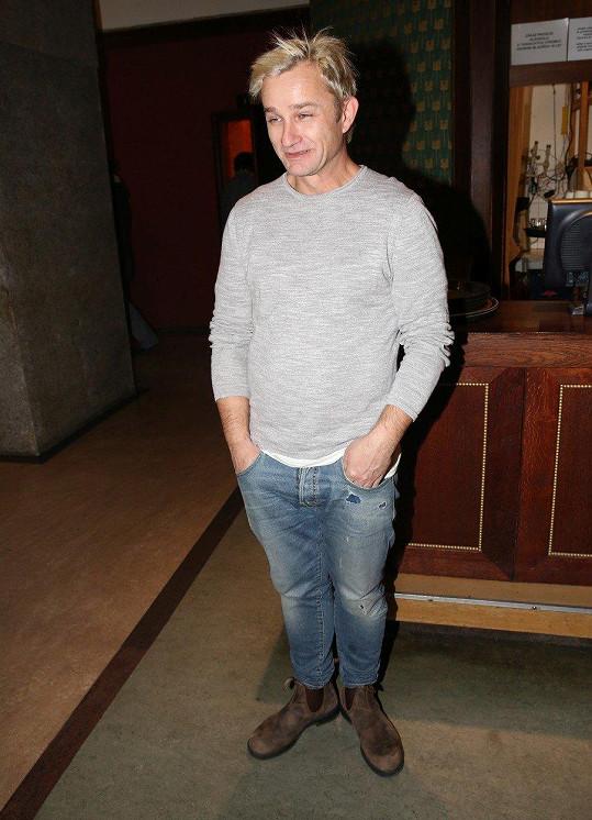 Respekt vůči akci Kryštof Michal příliš neprojevil, když si na premiéru oblékl roztrhané džíny s patinou a triko s dlouhým rukávem.