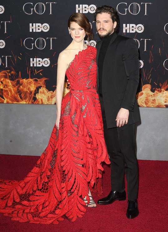 Tři série hráli pár v seriálu a loni se vzali. Kit Harington a Rose Leslie alias Jon Snow a Ygritte