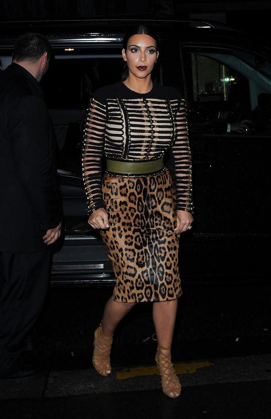 V tomto outfitu působila jako matróna.
